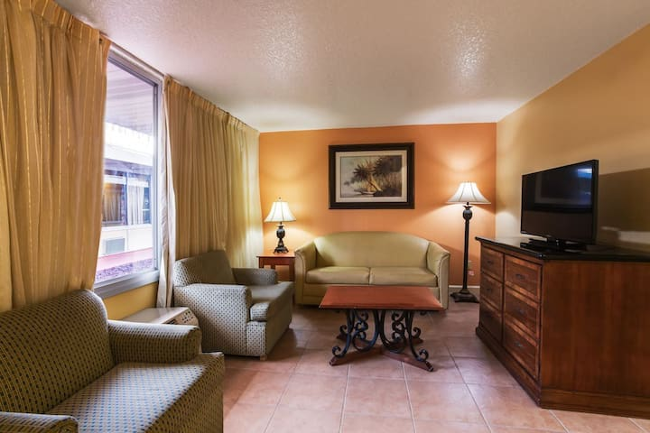 Family Suites - 2 Miles from Disney!