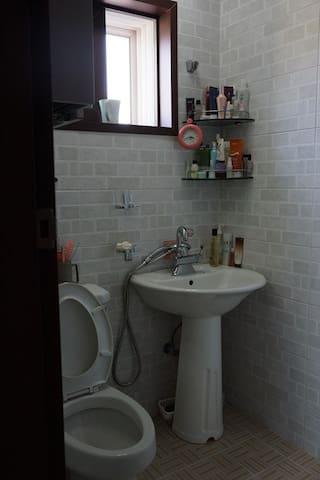 방2에 딸려 있는 화장실