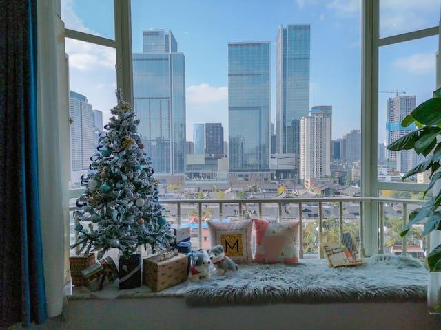 2号房的圣诞树特别梦幻噢,搭配太古里景观再美不过~