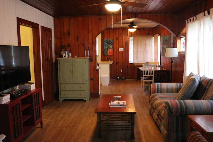 Adorable cottage- close to downtown and Lido beach