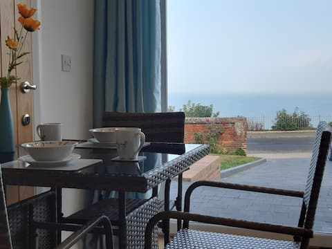 Fabulous seafront apartment with stunning seaview