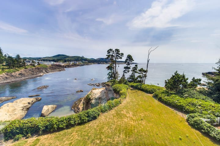 Gorgeous oceanfront home w/ incredible views & home comforts - great for groups!