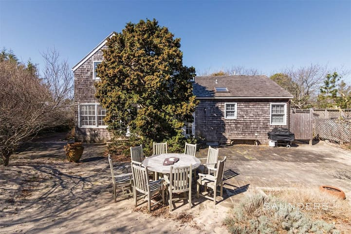 Amagansett Cottage- Walking Distance to Beach!