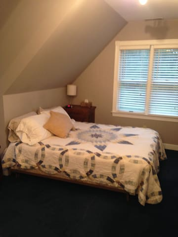Bedroom with Queen, junior bed, prvt bath/shower - East New Market - Casa