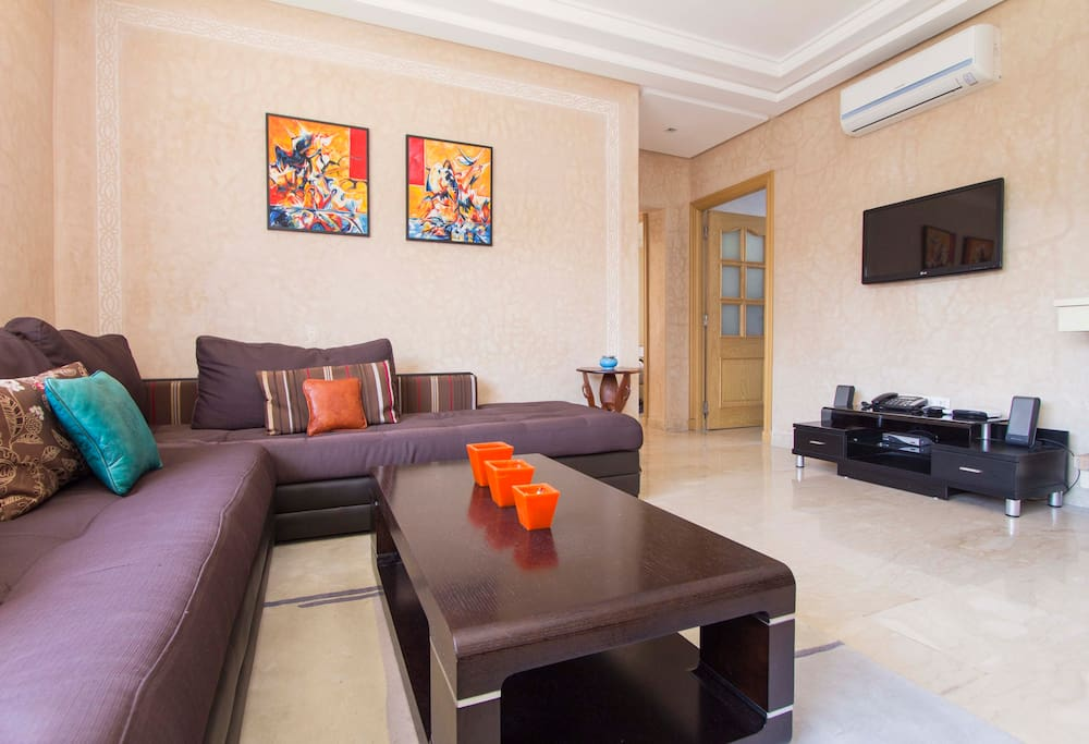 Un salon confortable très lumineux, disposant d'une de la TV satellite