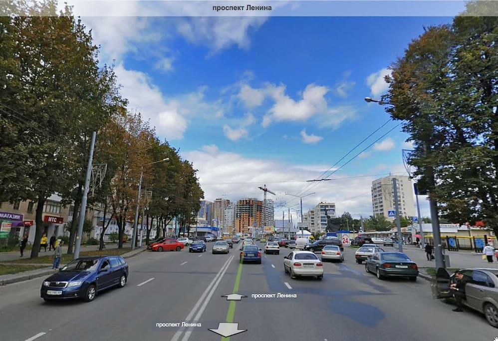 рядом - оживленный проспект Ленина (магазины, продуктовые лавки, кафе)