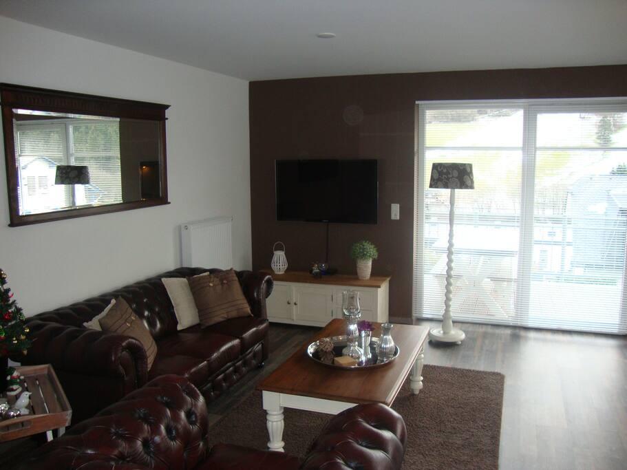 De woonkamer met tv, dvd recorder