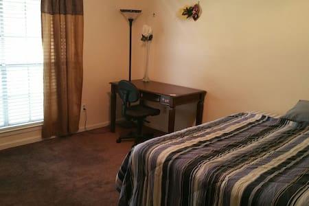 A Cozy, Spacious Bedroom with Private Bath - Casa