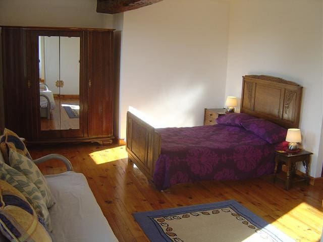 Bedroom 1...Large Family Suite - Hambye - Penzion (B&B)