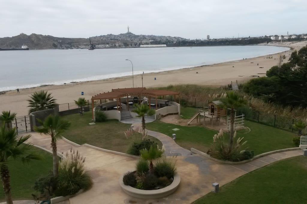 Zona de parrilla, juegos infantiles y acceso directo a la playa