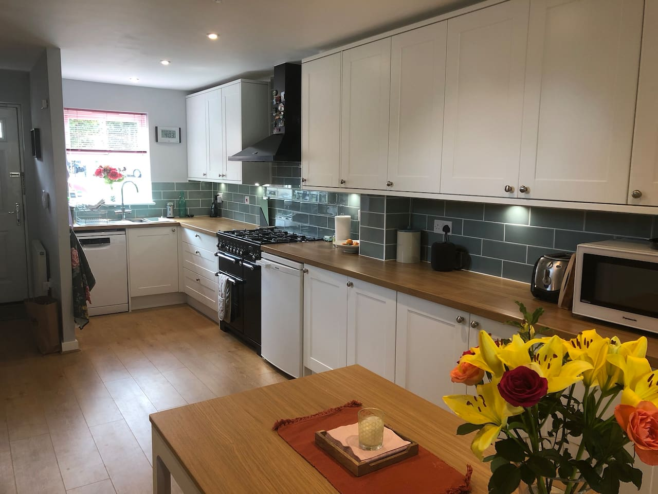 Well-appointed kitchen with range cooker & dishwasher
