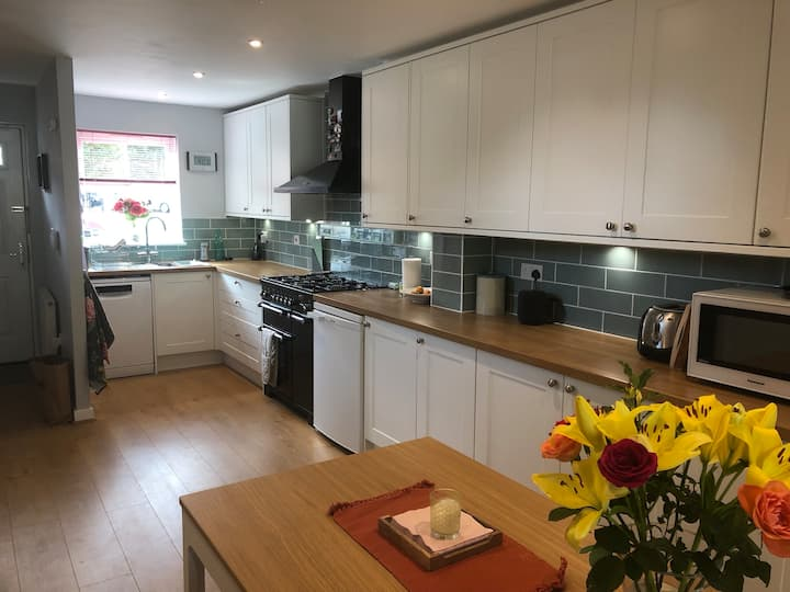 4-Bed Family Home in Excellent Location! Sleeps 9