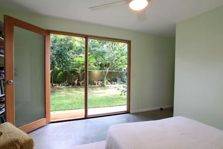 Garden guest room with bathroom - Lane Cove North