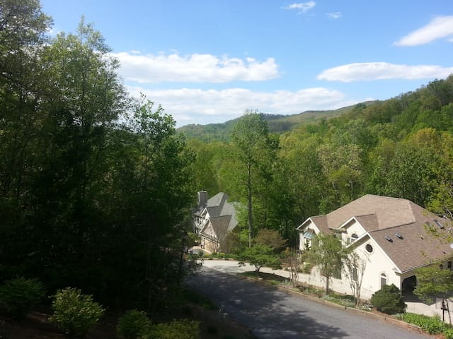 Mountain view, quiet neighborhood - Hendersonville - House