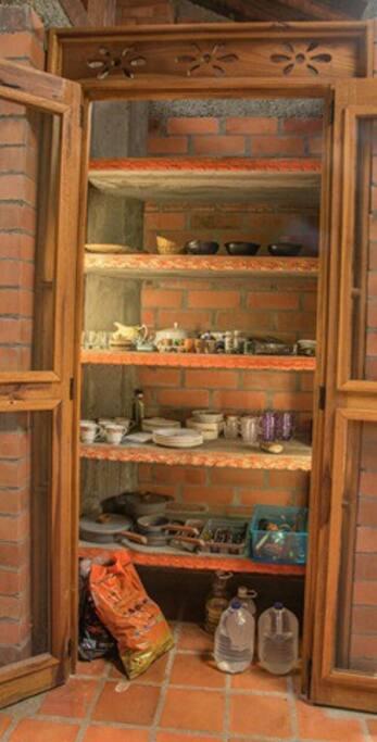 despensa de platos, vasos y cubiertos