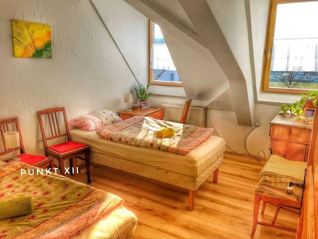 Zimmer 13: Zweibettzimmer in Wohnung 1