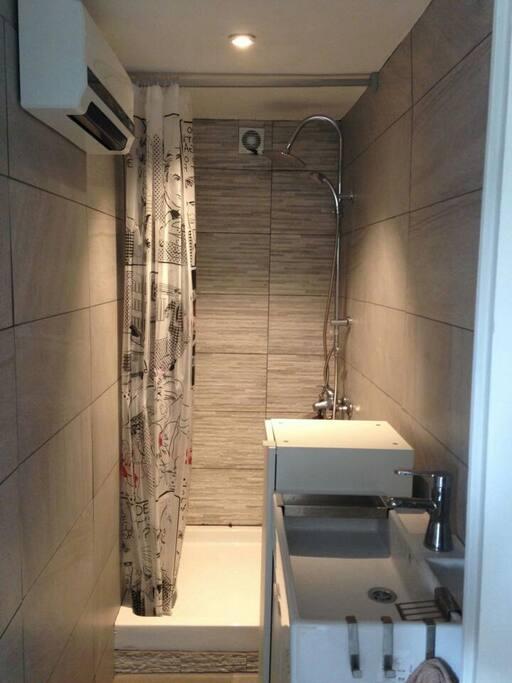 petite salle de bain avec douche