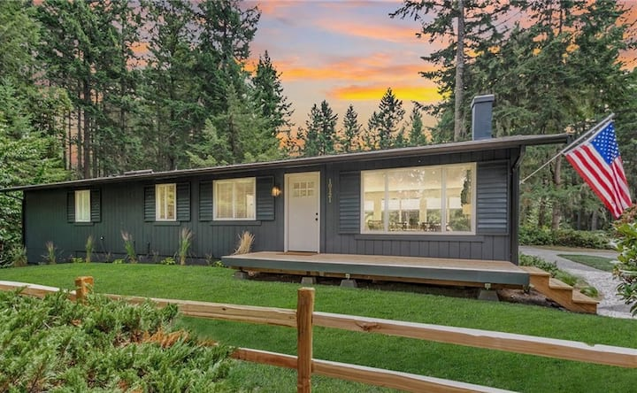 Charming Contemporary -Jacuzzi, bunk house & MORE!