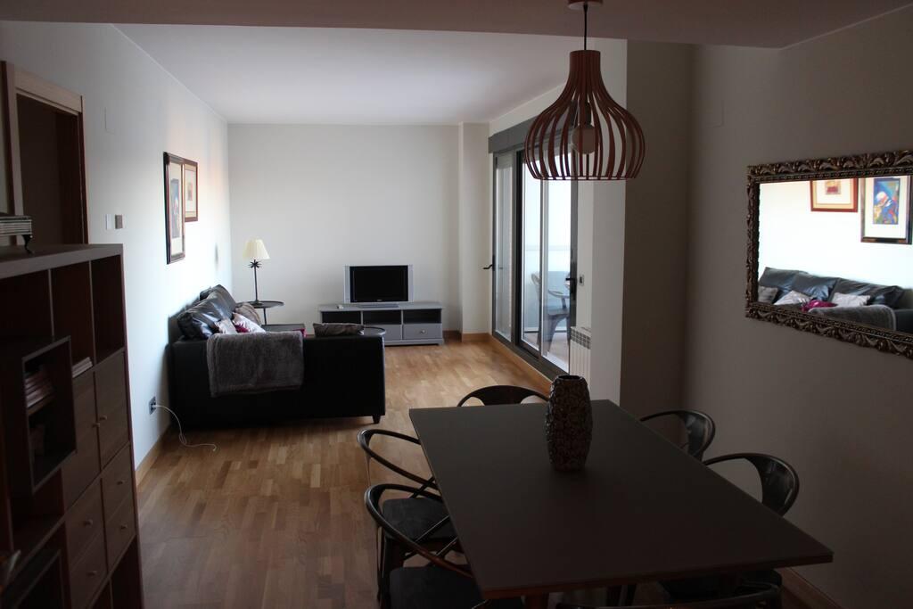 Salón-Comedor: Cuenta con sofá esquinero grande y televisión. La zona de comedor, consta de una mesa grande de 1,78 y tres sillas a cada lado. Acceso a la terraza. Muy luminoso. El sofá se hace cama.