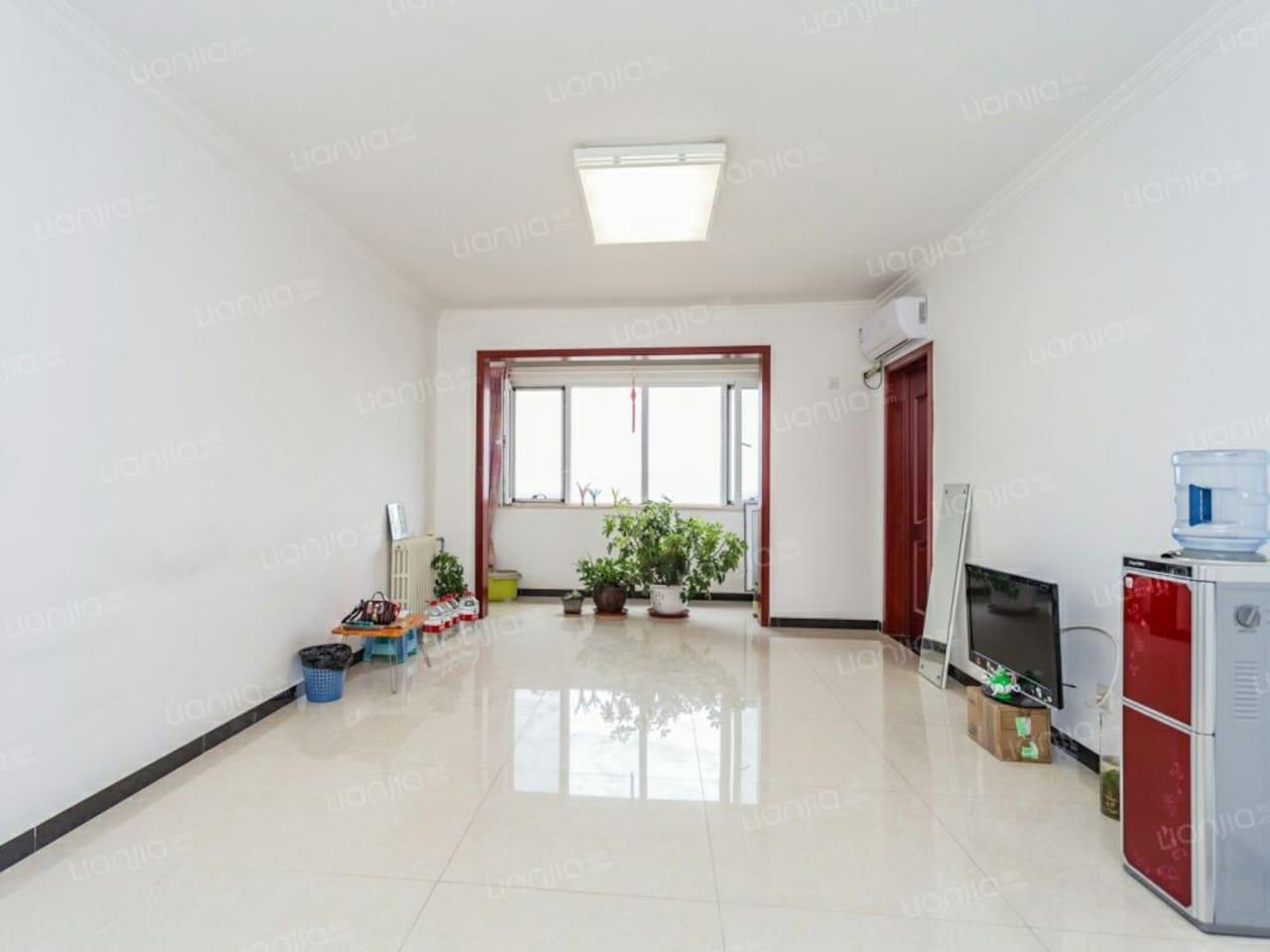 20多平米大客厅,宽敞明亮,没有桌子,方便活动哦!