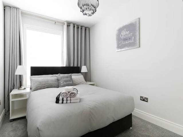 Stunning Modern 2 bed apt. Perfect location