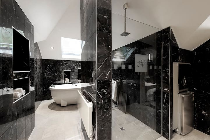 Luxury at Montfort Manor - Marble Suite