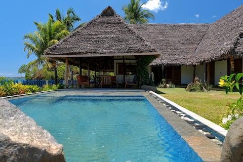 """Villa """"La vie est Belle"""" sur la plage et piscine"""