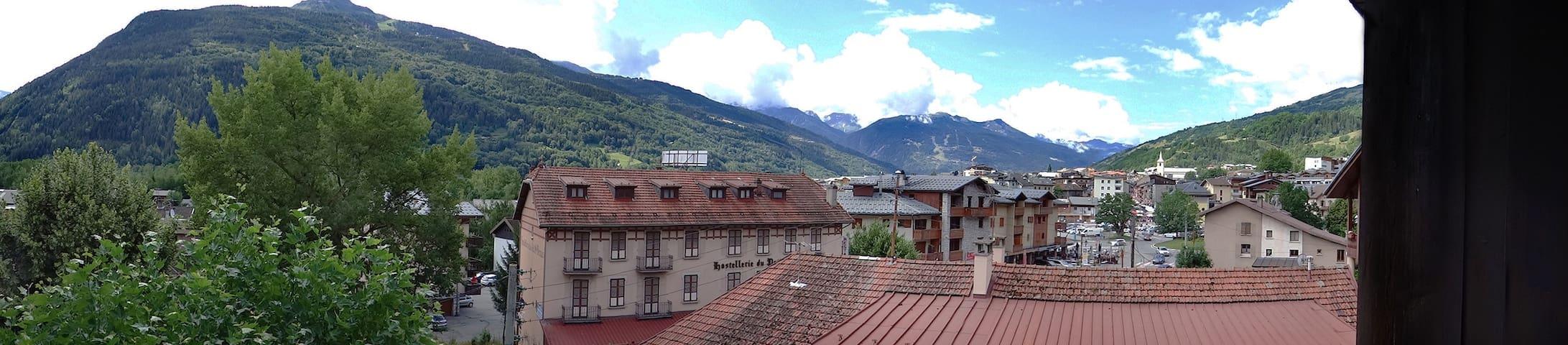 Terrasse avec une vue magnifique sur les ARCS et le centre ville de BSM (vu sur l'église).