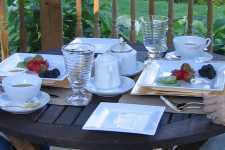 Laid-Back Luxe Downtown B & B - Port Hope - Bed & Breakfast