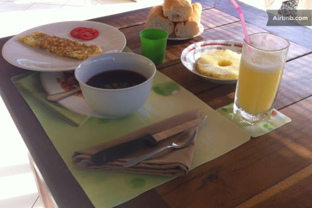 Petits déjeuners copieux servis sous la véranda, à base de produits locaux faits maison.