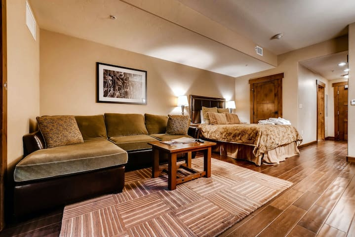 Upscale studio w/ private balcony & shared pool, hot tubs, gym & more