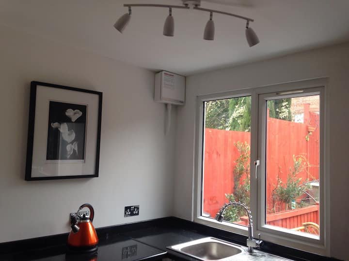 Charming Studio Apartment - 10 mins from Airport