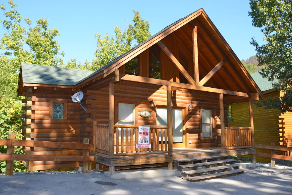 Honeymoon cabin with indoor pool cabins for rent in for Large cabin rentals in tennessee