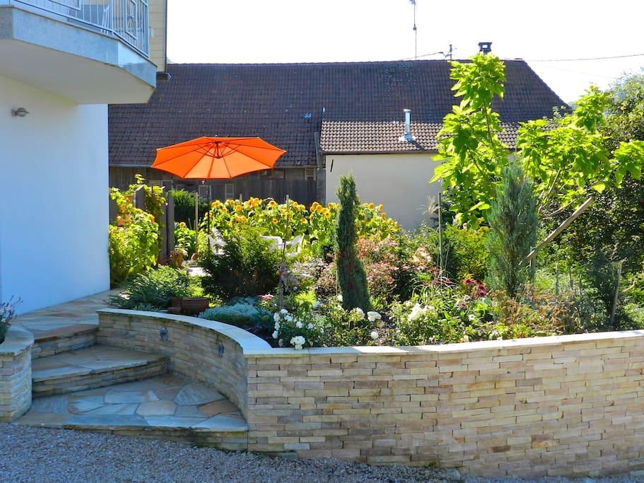 Le jardin avec sa terrasse aménagée