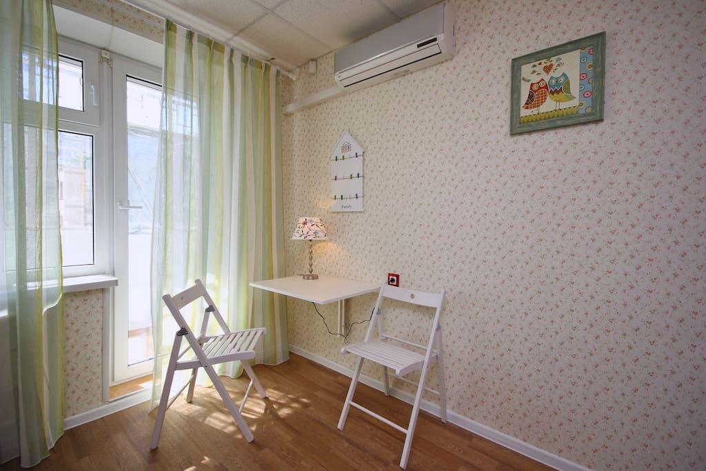 Столик в общей комнате