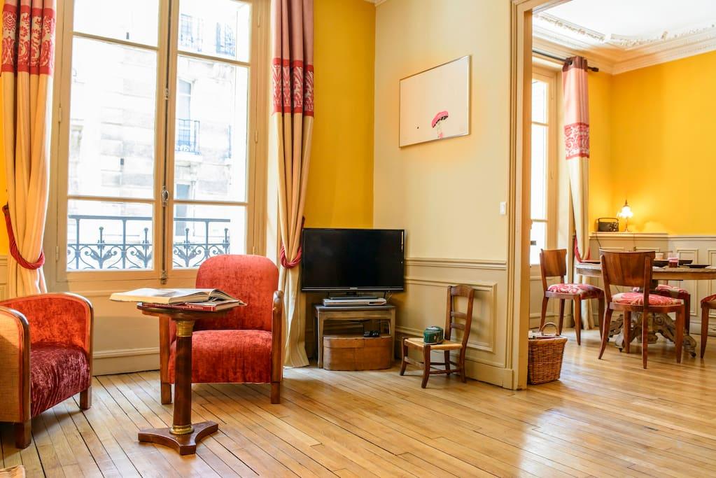 salon et salle á manger avec double lit.