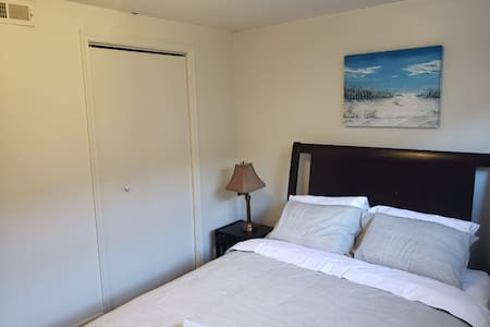 Cozy Bedroom in a Basement 6min to Holy Cross H B2