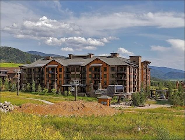 *COVID SafeHome* 1-Bedroom+Den- Air Conditioned Penthouse,  Private Gondola