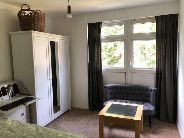 Spacious/comfy double bedroom in perfect location