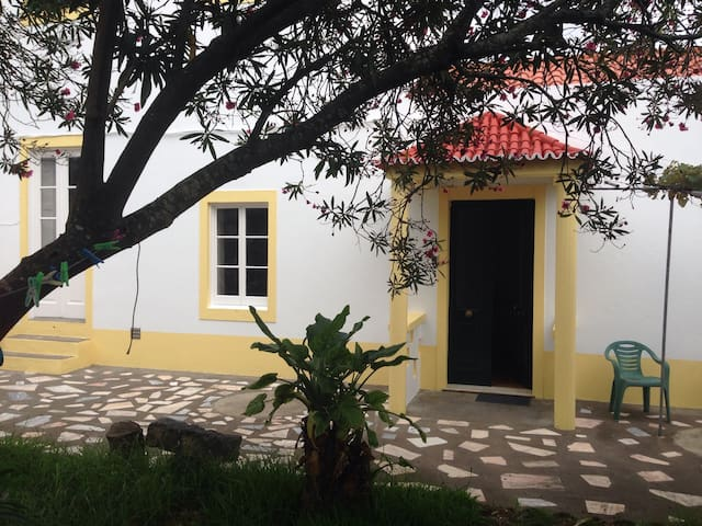Room near beach and center city  - Ponta Delgada - Huis