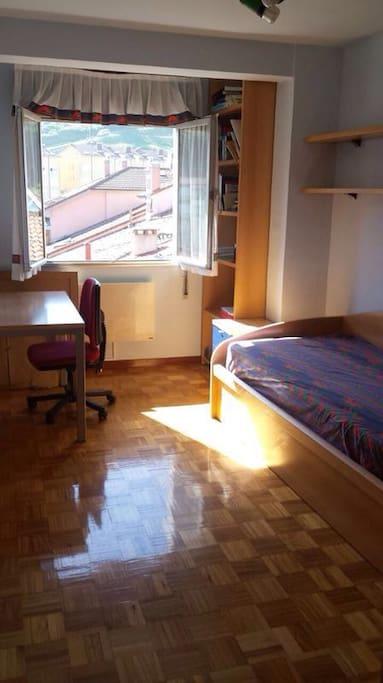 Habitación 3. Exterior con dos camas.