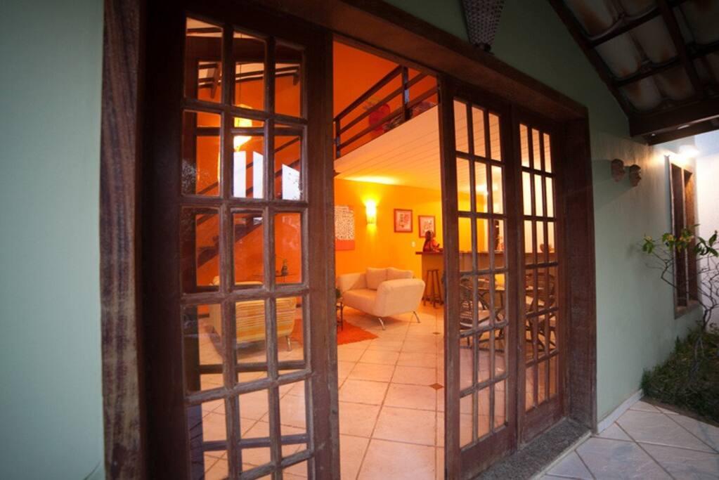 Porta de entrada do loft, que na verdade é uma casa de mais ou menos 70m², com jardim e varanda.