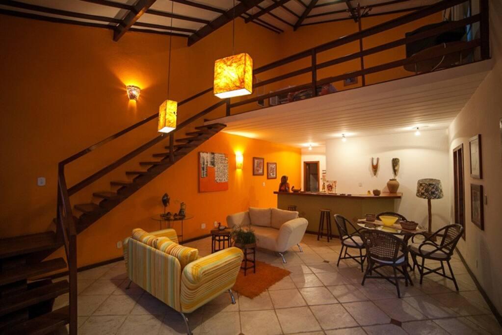 Interior muito bem decorado, inclusive com mesa de refeições.