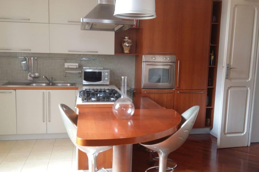 Cucina, con forno elettrico, frigorifero, surgelatore, microonde, lavastoviglie