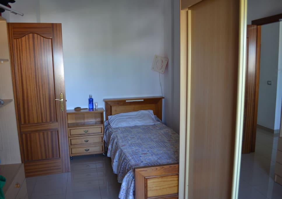 La chambre à louer avec un lit simple, plusieurs rangement, un bureau et au calme :-)