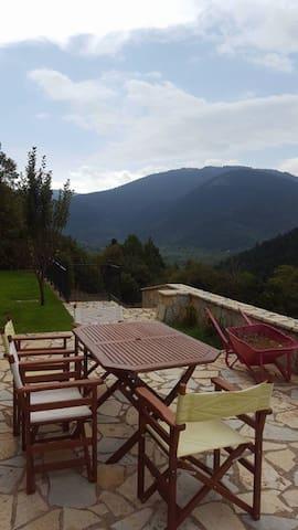 Lia's traditional Eco house-sleeps 9-Mountain view - GR - Reihenhaus