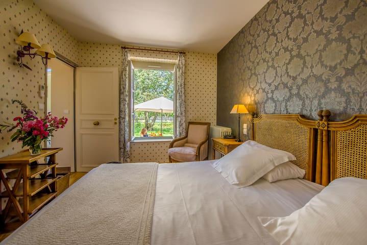 Chambre sur le jardin - Ygrande - Castle