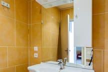 Salle de bain N° 2 avec douche à robinet thermostatique