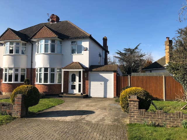 Attractive Family Home for upto 5 in Bromley
