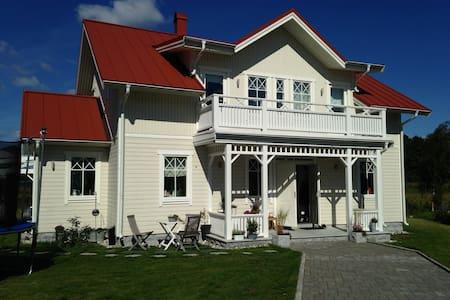 Toppmodern villa  med stor sjötomt - Vendelsö